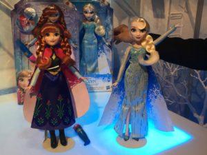 Elsa e Anna per riprodurre l'immagine della propria sorella sul mantello e con base luminosa.